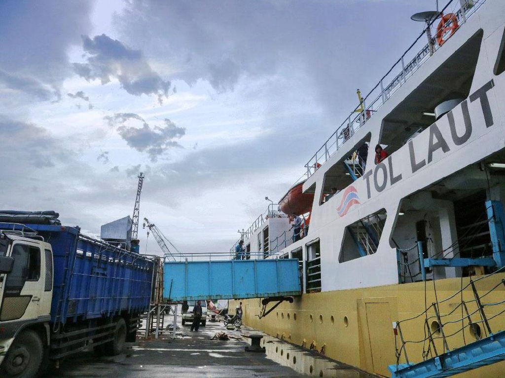 Foto: Lewat Tol Laut, Jokowi Pasok Sapi NTT ke Jakarta