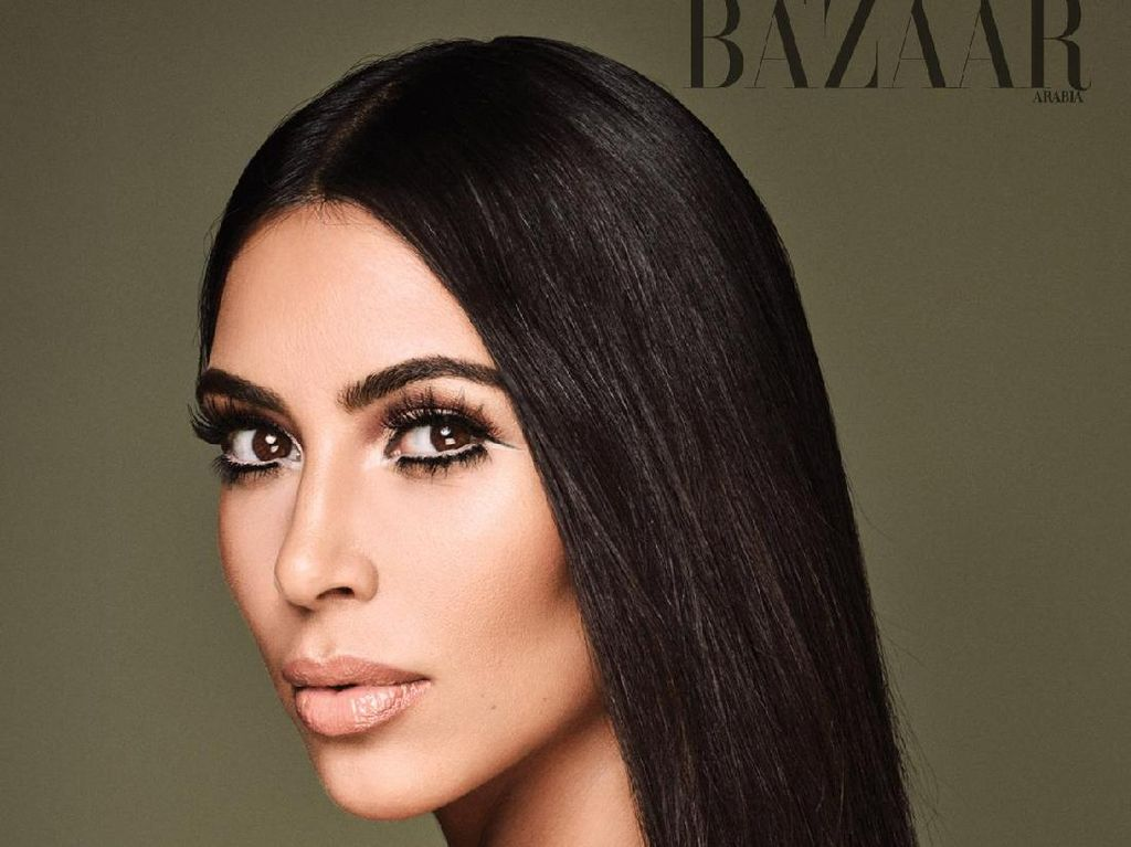 Foto: Kim Kardashian Seksi Pakai Kaftan di Cover Harpers Bazaar Arabia