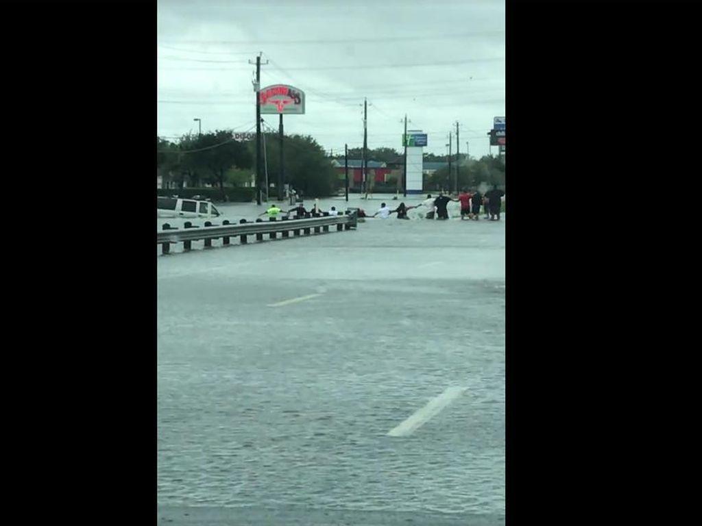 Mengharukan, Rantai Manusia di Texas Selamatkan Kakek dari Banjir