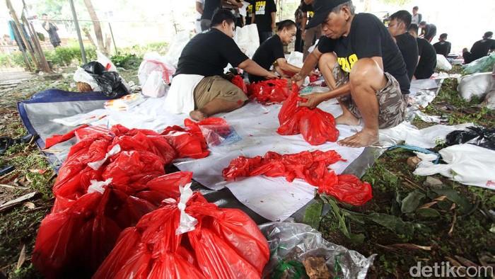 Daging kurban yang dibungkus plastik. Foto: Lamhot Aritonang