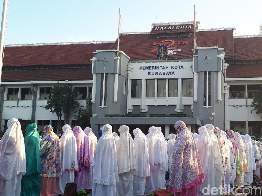 Momen Risma Salat Id Bersama Warga Surabaya