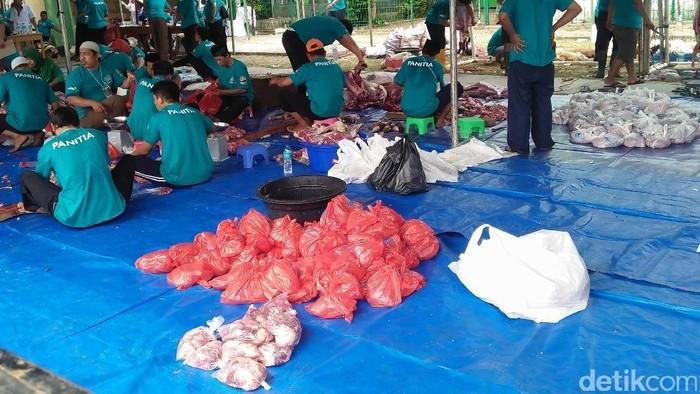 Bungkus daging kurban dengan kresek. Foto: Masjid Al Azhar Bagikan Daging Kurban ke 2.000 Orang (Yulida-detikcom)