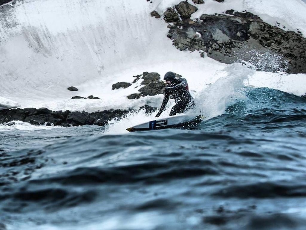 Foto: Orang Pertama yang Berani Surfing di Kutub Selatan