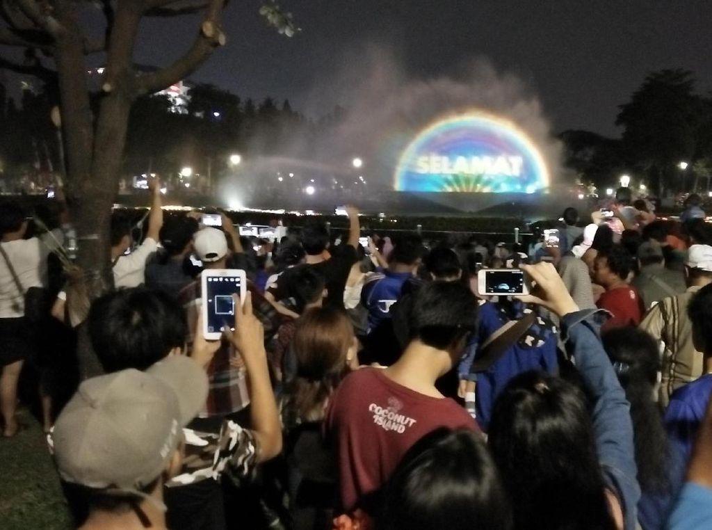 Malam Minggu, Warga Padati Air Mancur Menari di Monas
