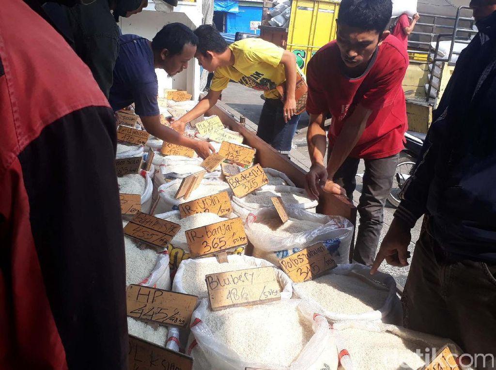 Suasana Pasar Cipinang di Hari Kedua Harga Patokan Beras Berlaku