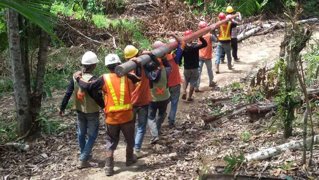 Foto: Perjuangan Terangi Pelosok Kalsel, Tembus Hutan dan Jalan Berlumpur