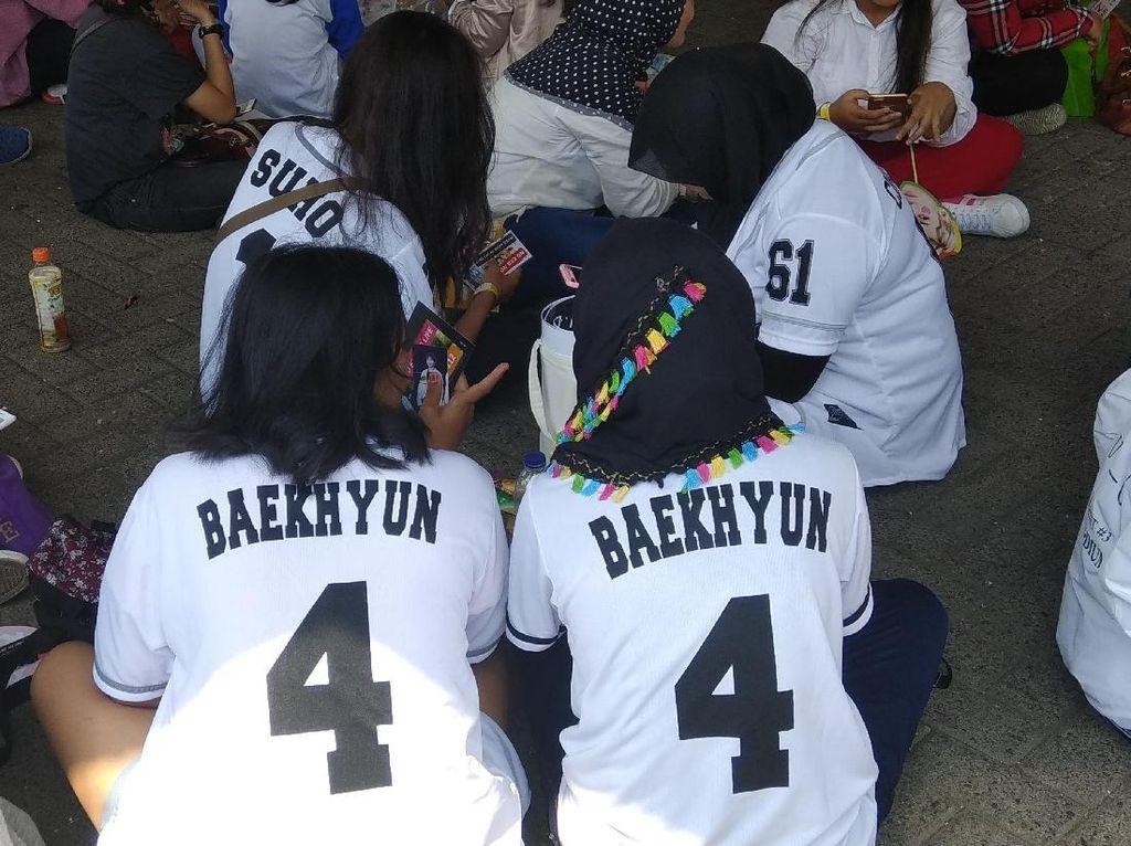 Sambut Idola KPOP, Fans EXO Kompak Berbaju Putih di Music Bank in Jakarta