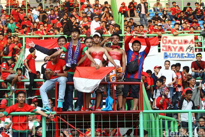 Pendukung Timnas memenuhi Stadion Patriot Candrabhaga, Bekasi.