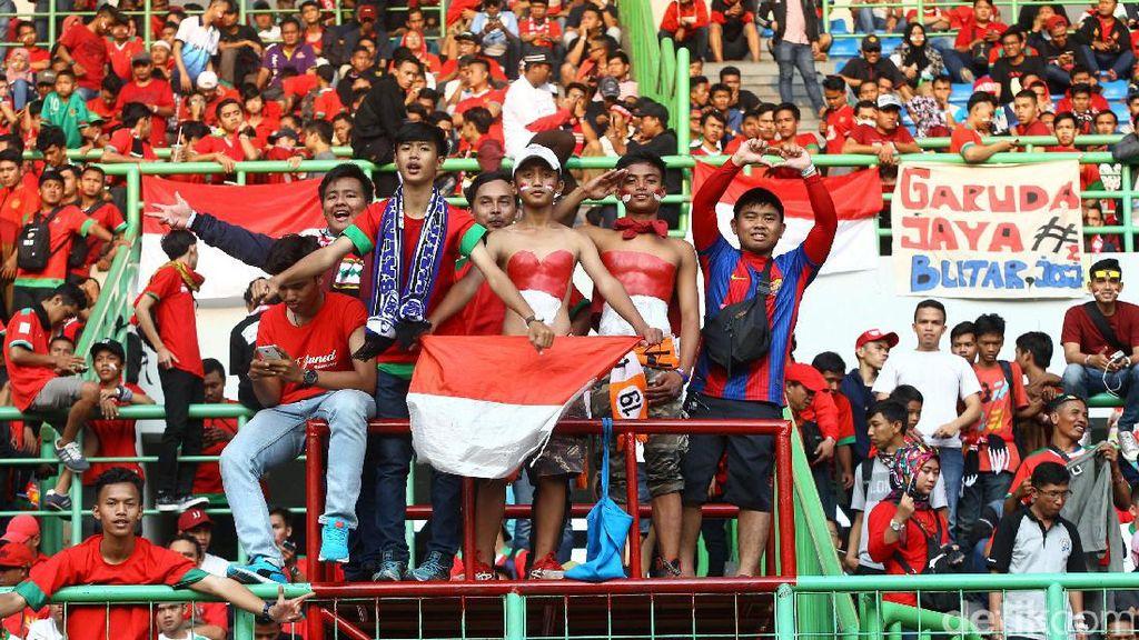 Ribuan Penonton Ramaikan Stadion Patriot Candrabhaga