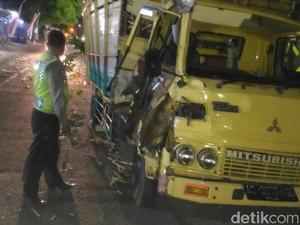 Sopir Mabuk, Truk Muat Tebu Adu Banteng di Jalur Blitar-Malang