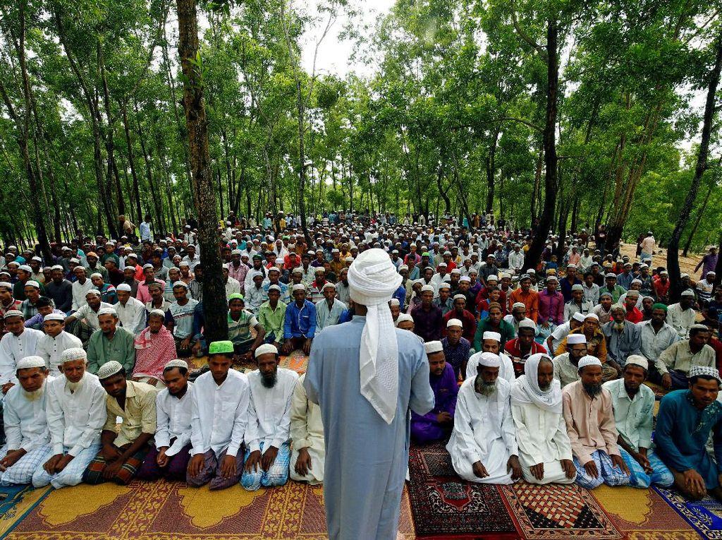 Saat Warga Rohingya Salat Idul Adha di Pengungsian