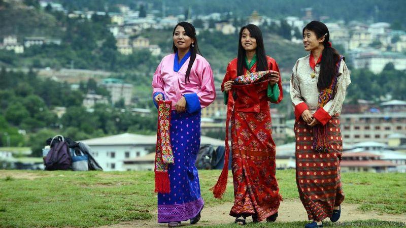 Foto: Dalam bentuk angka, bangsa yang berpenduduk sekitar 750.000 orang ini menghilangkan hampir tiga kali lipat CO2 yang dihasilkannya. Kemampuan Bhutan untuk menjadi penyerap karbon itu adalah hutan (BBC Travel)