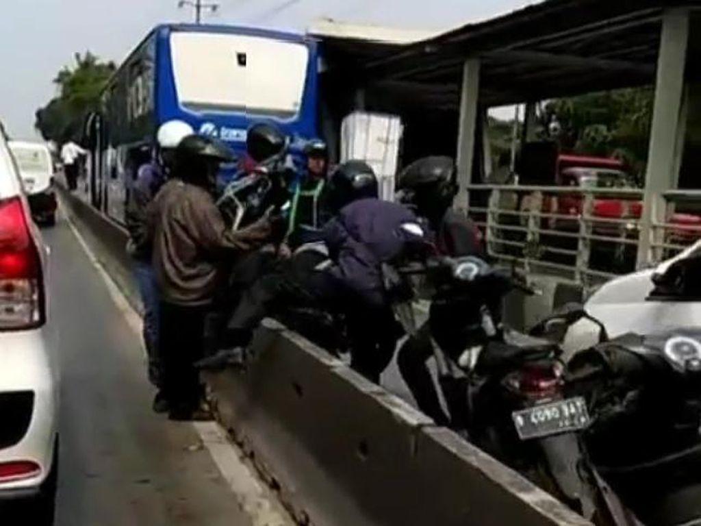 Takut Dirazia, Pengendara Ramai-ramai Gotong Motor dari Busway