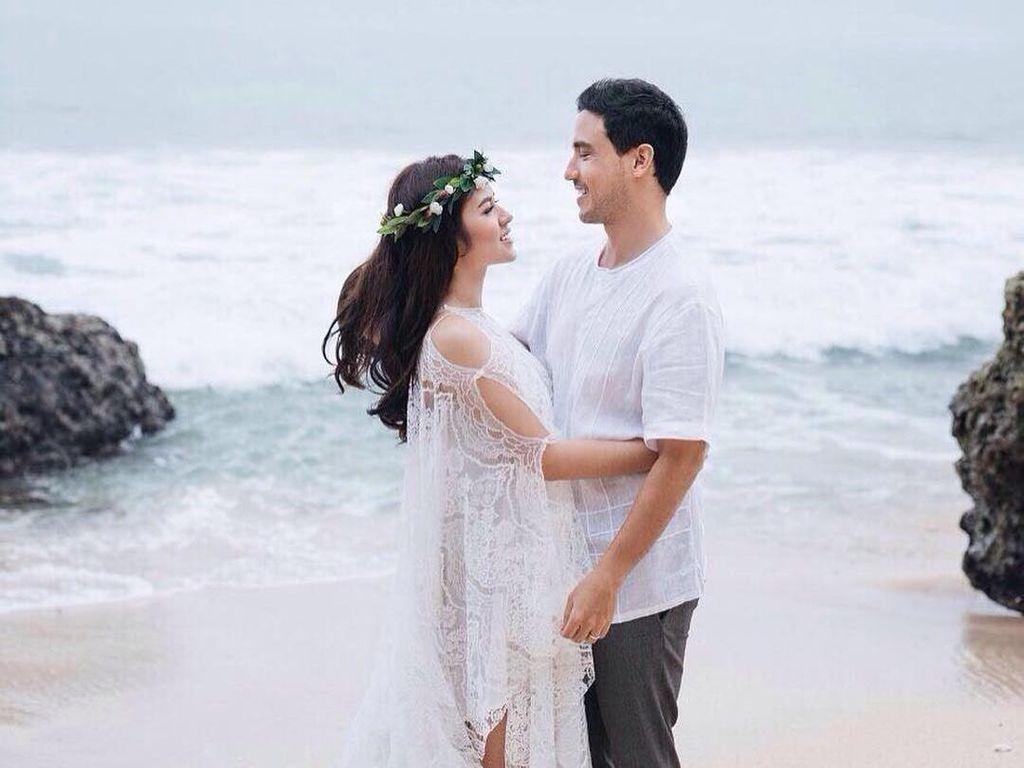 10 Artis dengan Foto Prewedding yang Nggak Kalah Romantis dari Raisa-Hamish