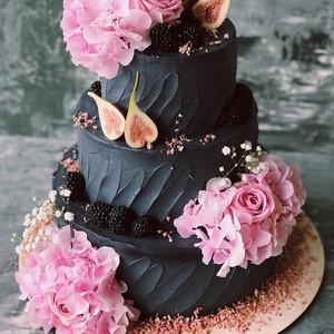 Kue Pengantin Hitam Pekat Ini Justru Digemari Karena Beri Kesan Elegan
