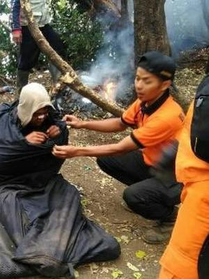 Petugas Evakuasi Pendaki Diduga Sakit Jiwa di Cikuray Garut