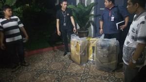 Di Rumah Ortu Bos First Travel, Polisi Bawa 3 Koper Data Jemaah