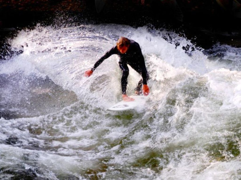 Foto: 11 Tempat Surfing Tak Biasa di Bumi
