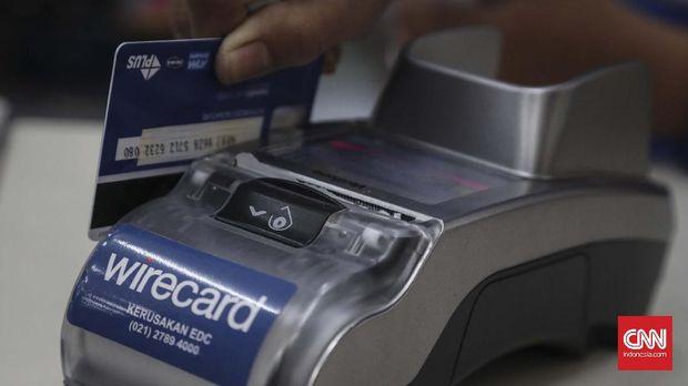 ilustrasi debit atm dan kartu kredit