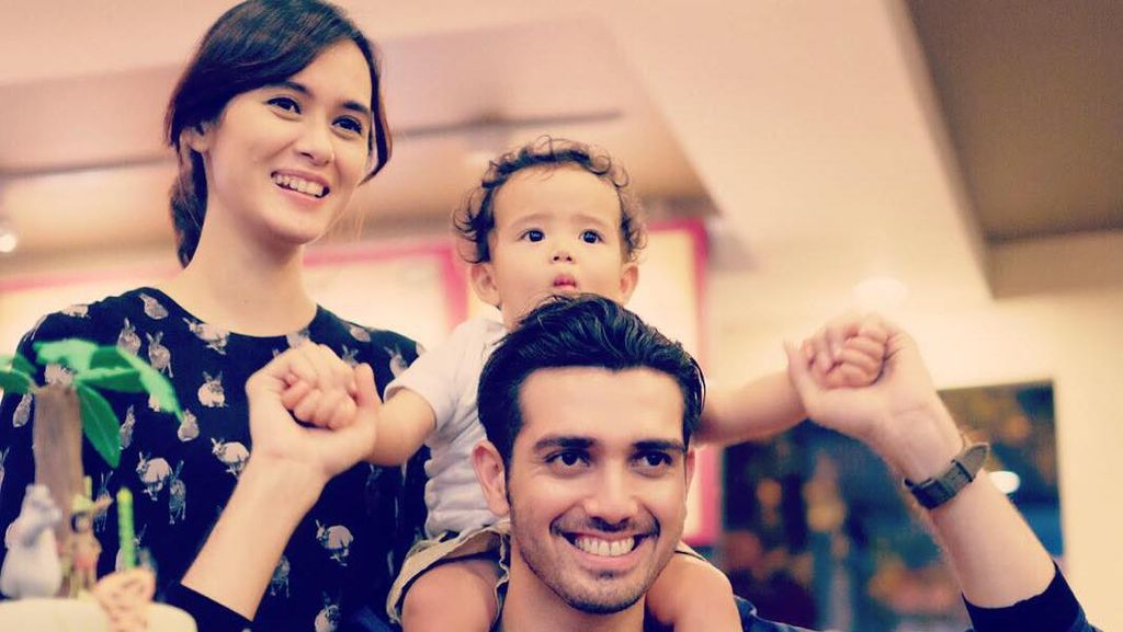 Family Goals, 8 Potret Bahagia Fachri Albar dan Renata Kusmanto