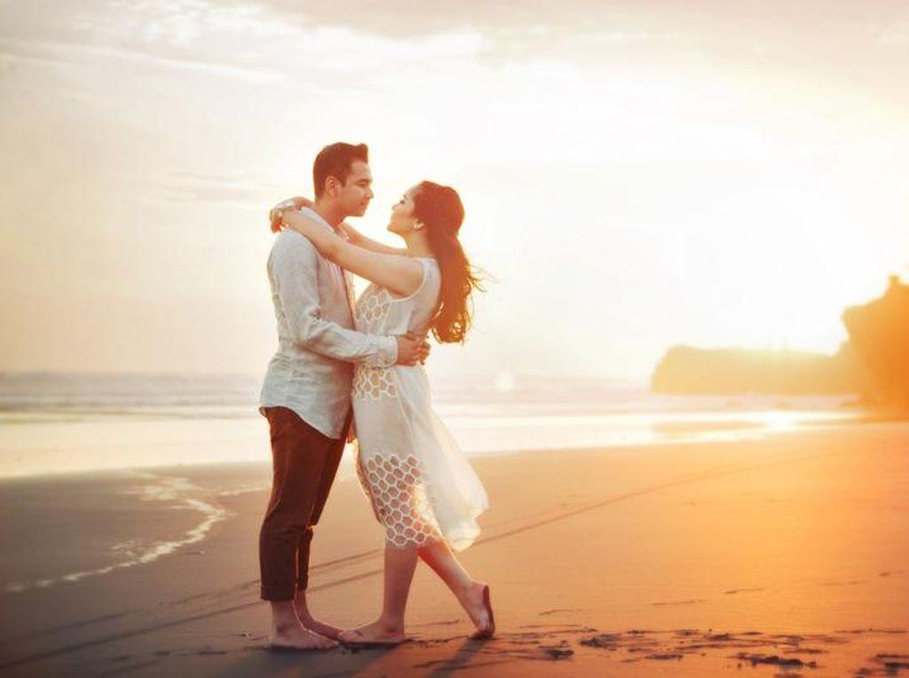 So Sweet, Ini 10 Aksi Nyata Para Suami yang Lebih Romantis dari Kisah Film