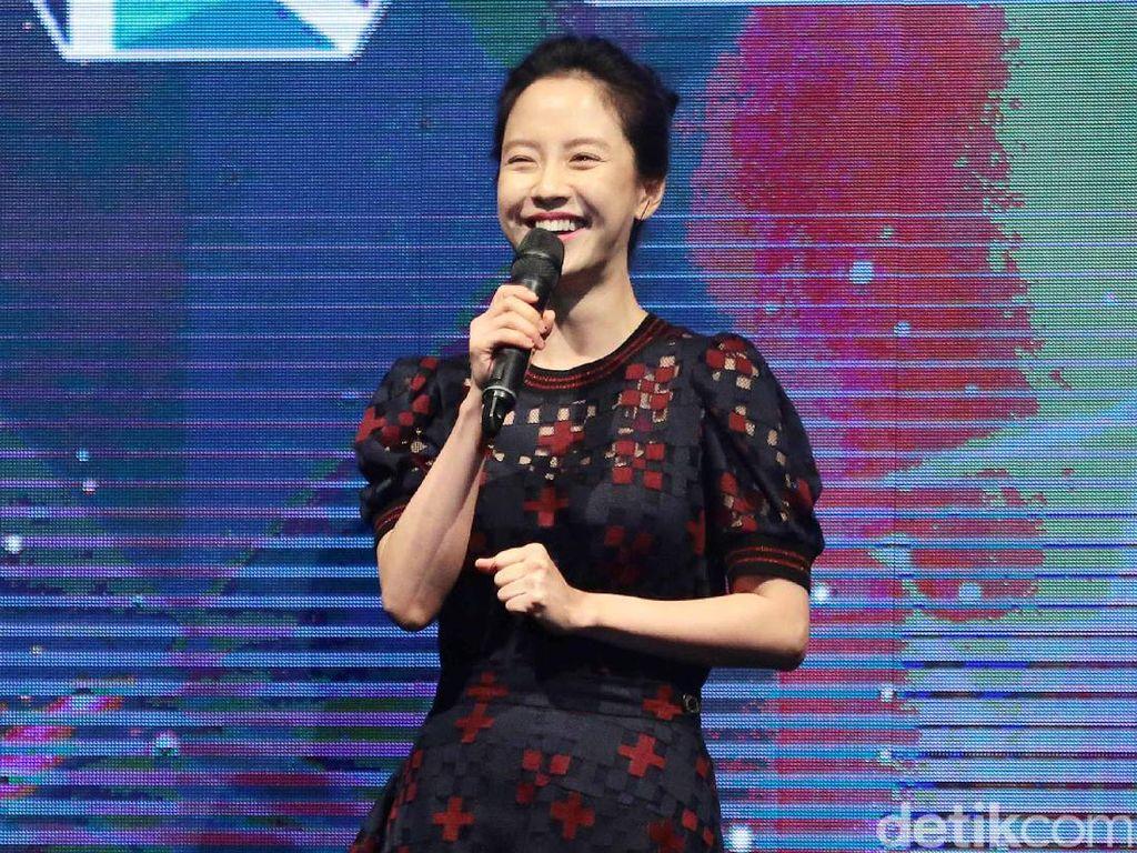 Song Ji Hyo Bagi-Bagi Kosmetik dan Peluk Penggemar di Jakarta