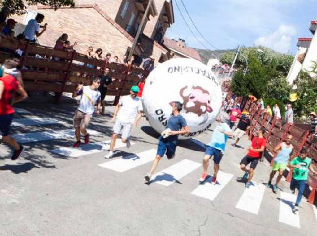 Kota di Spanyol Pakai Bola Raksasa untuk Gantikan Kejaran Banteng