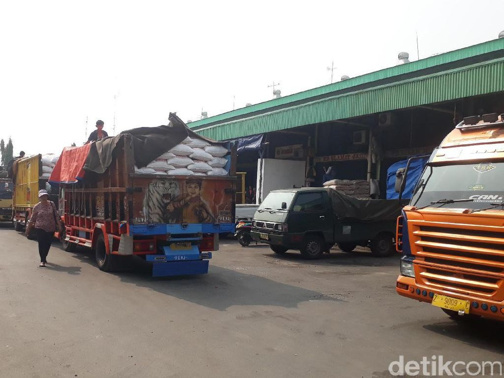 Turunkan Harga,  4.000 Ton Beras Medium Dipasok ke Cipinang