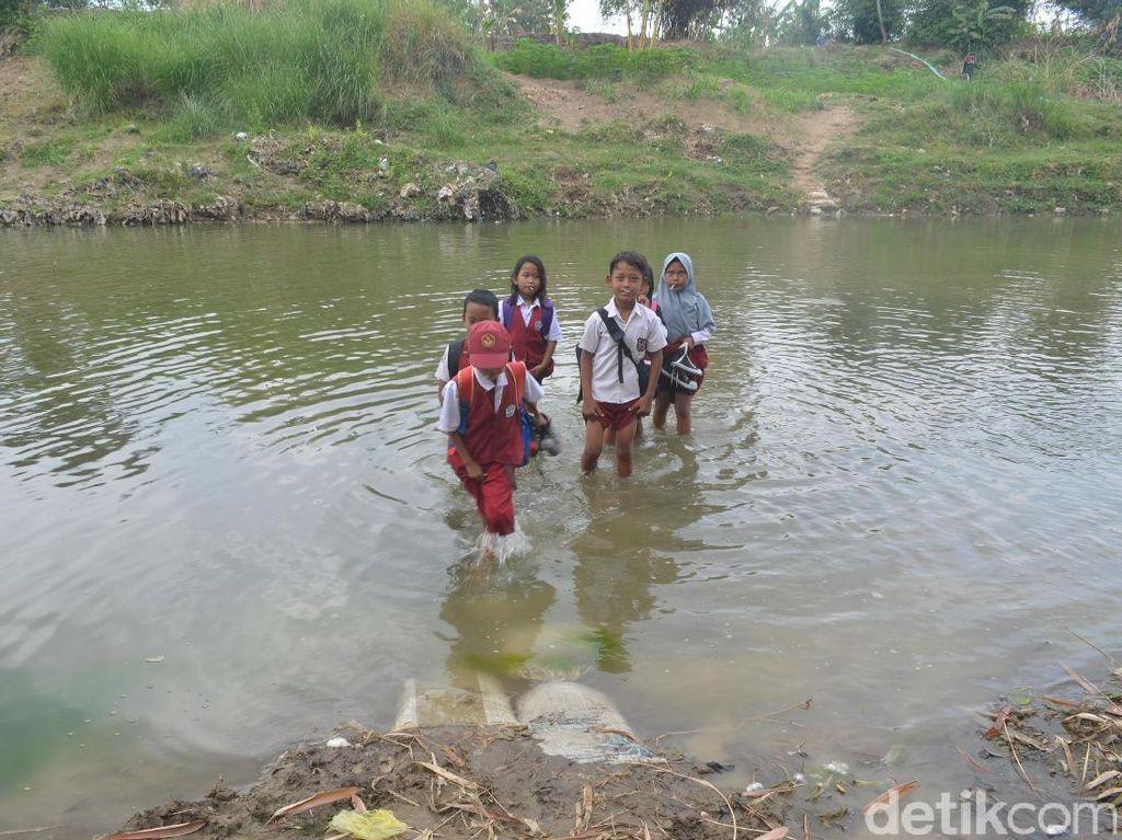 Kisah Siswa SD di Cirebon Terobos Sungai Demi Sekolah