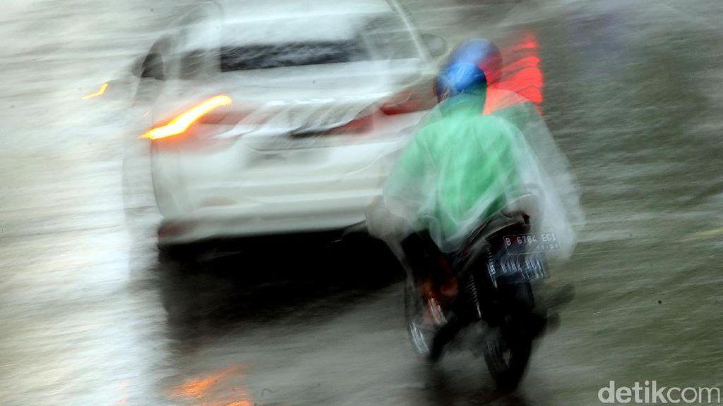 Saat Hujan Mengguyur Jakarta