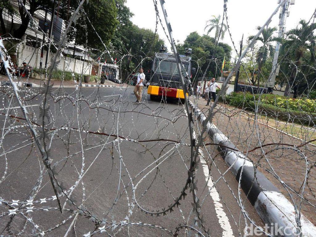 Jelang Demo FPI, Kedubes Myanmar Berkalung Kawat Berduri