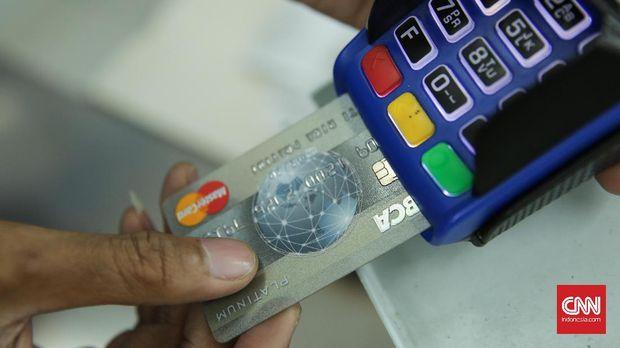 Kartu kredit diproses di EDC merchant