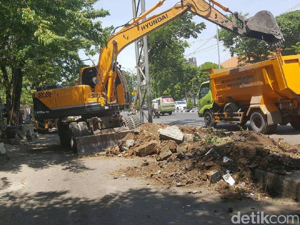 Pembatas Jalan Pasar Karang Menjangan Dibongkar