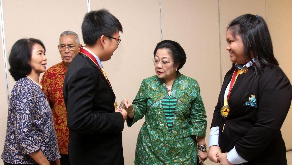Megawati Terima Siswa Pemenang Lomba Debat Internasional WSC