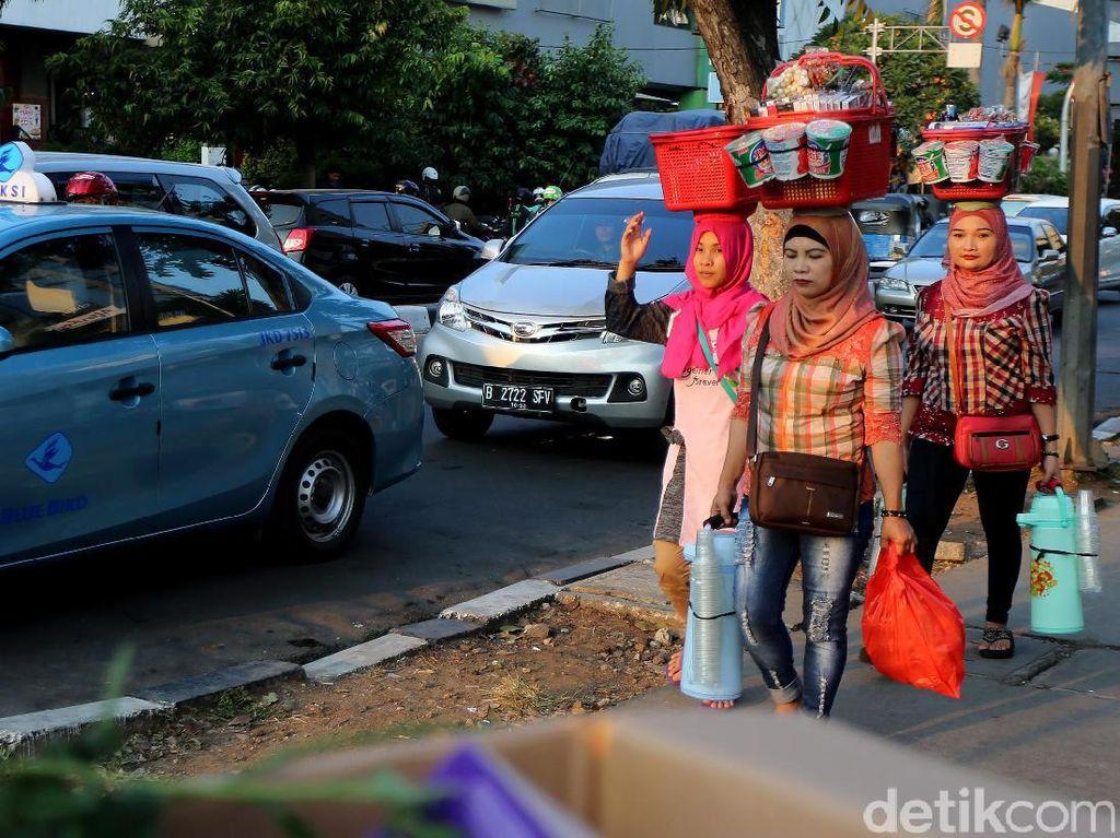 Unik! Di Jakarta Masih Ada Perempuan yang Jual Kopi Seperti Ini