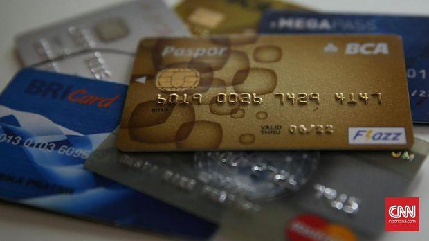 Ilustrasi kartu kredit dan kartu debit. (CNN Indonesia/ Hesti Rika)