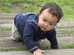 Hap! Hap! Energiknya Bayi 8 Bulan Ini Belajar Menaiki Tangga
