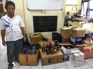 Muklis Pakai Pengering Rambut Saat Kemas Miras Palsu di Cipayung