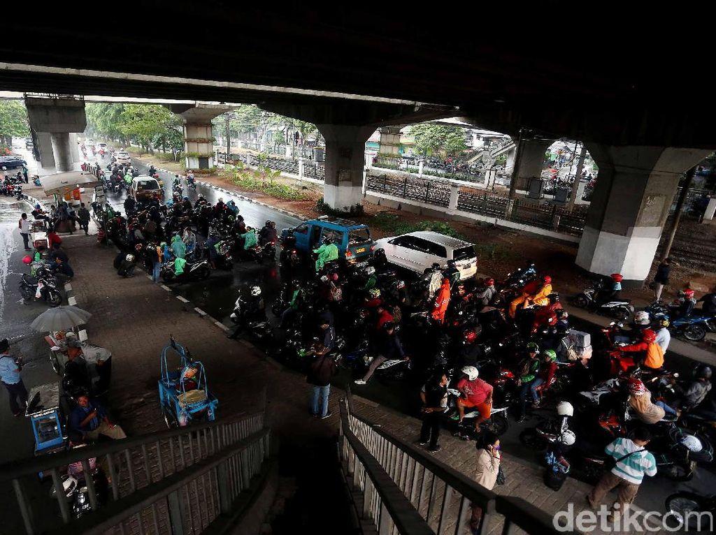 Dear Pemotor, Berteduh di Kolong Jembatan Bisa Timbul Kecelakaan!