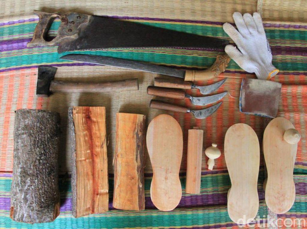 Foto: Sandal Bakiak yang Antik Khas Cikondang