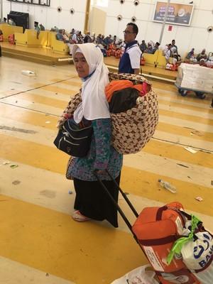 Bikin Haru, Mbah Suliyah Kerepotan Gendong Bawaan di Bandara Jeddah