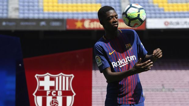 Barcelona's new player Ousmane Dembele plays with a ball as he poses at the Camp Nou stadium in Barcelona, during his official presentation by the Catalan football club, on August 28, 2017.French starlet Ousmane Dembele agreed a five-year deal with Barcelona worth 105 million euros ($125 million) plus add-ons. Dembele, 20, moves from Borussia Dortmund, where he has been suspended since he boycotted training on August 10 in protest after the German club rejected Barca's first bid. / AFP PHOTO / LLUIS GENE