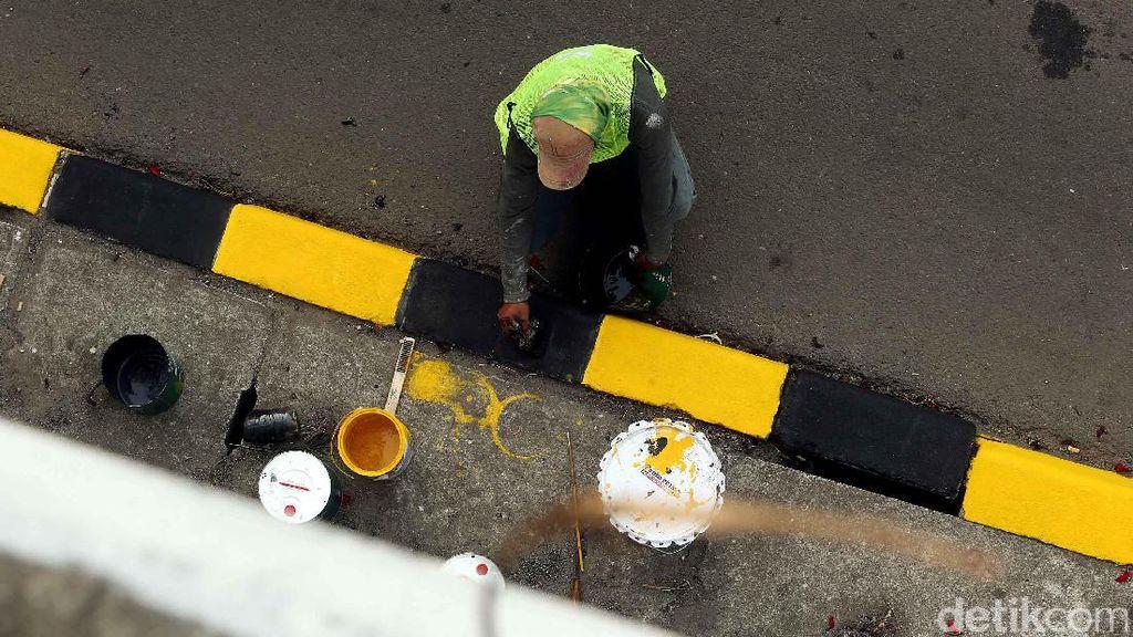 Dicat Ulang, Pembatas Jalan di Tol JORR Jati Asih Jadi Cerah
