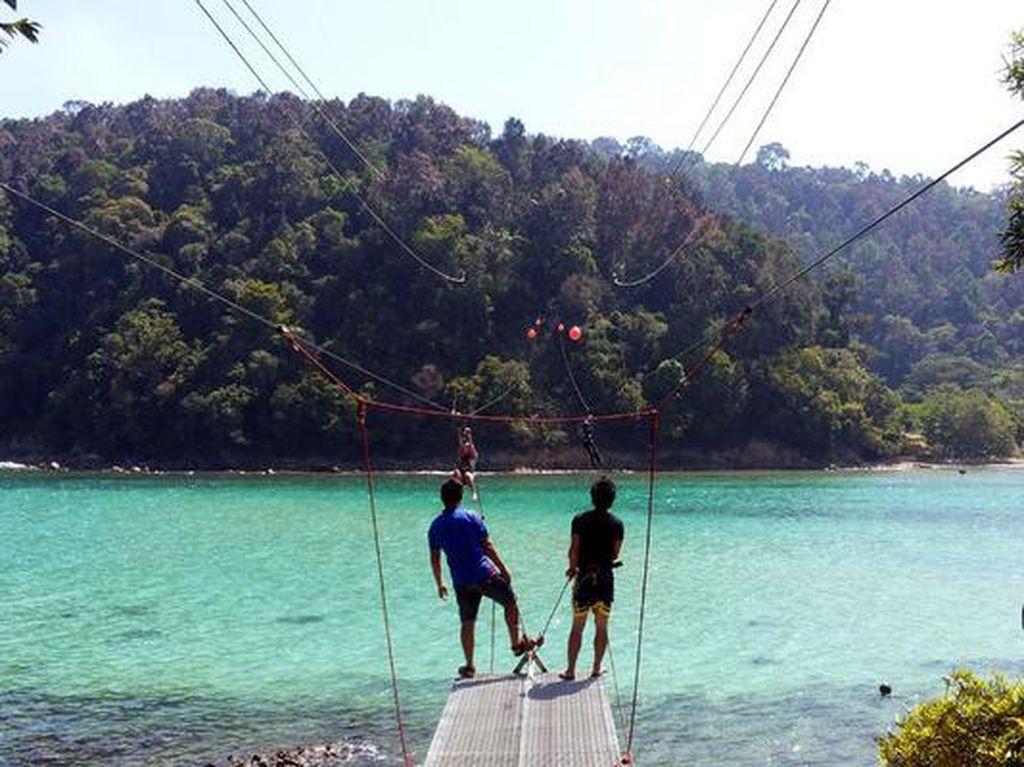 Nyebrang Pulau Pakai Flying Fox, Mau Coba?