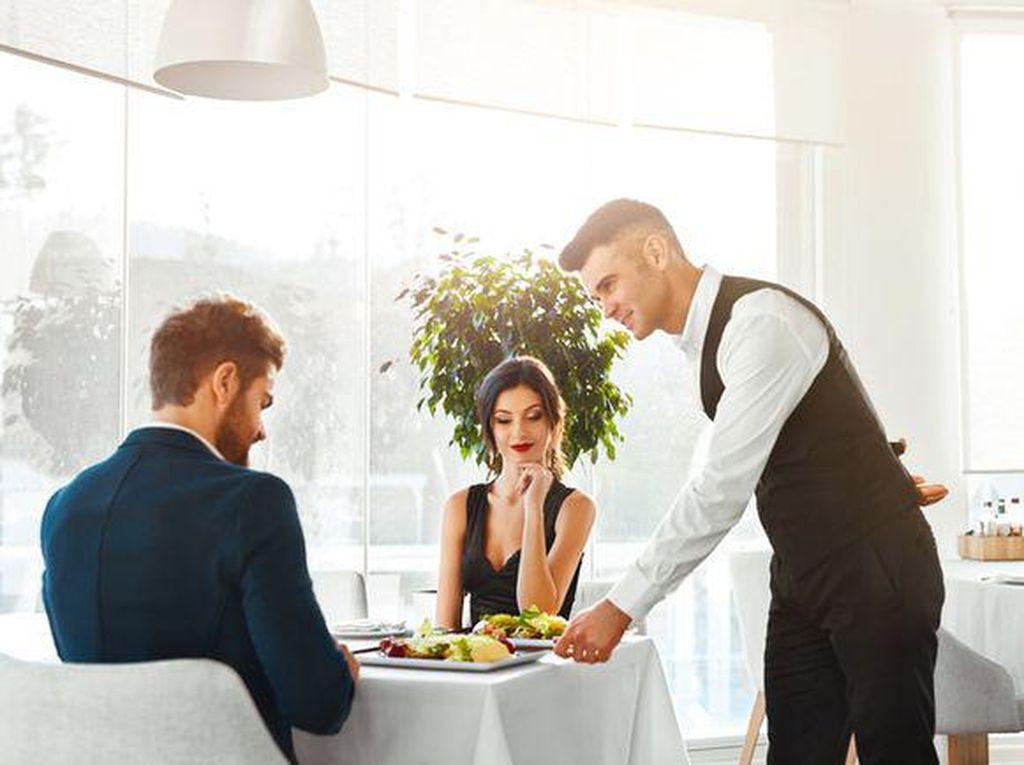 Ssttt! Diam-diam Pelayan Lakukan Ini Saat Pengunjung Resto Tak Lihat