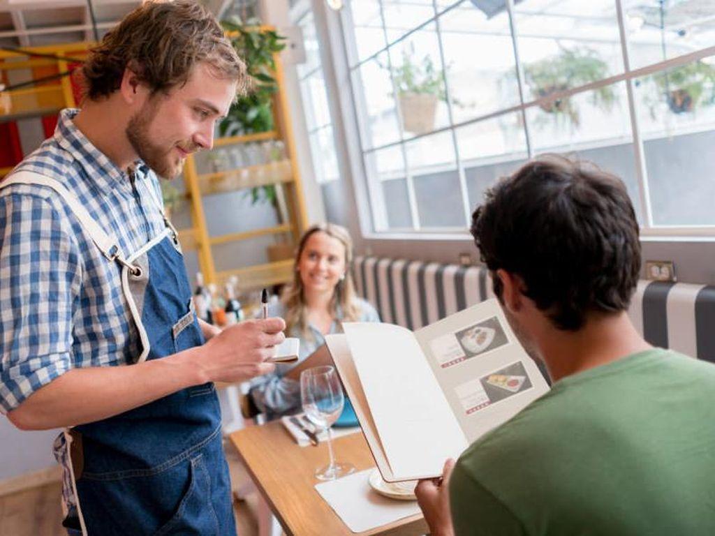 Ditanya Sertifikat Vaksin, 3 Turis Marah dan Tonjok Pelayan Restoran