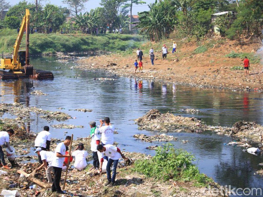 TNI dan Warga Gotong-royong Bersihkan Citarum