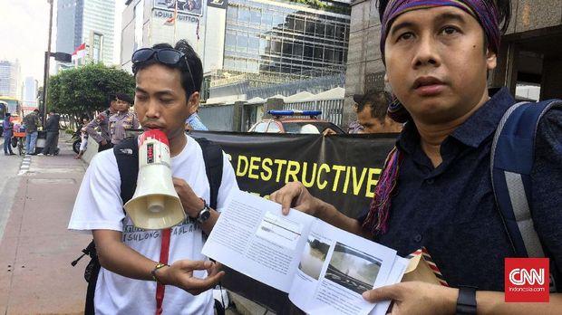 Koordinator Jaringan Advokasi Tambang (Jatam), Merah Johansyah kala menggelar aksi protes di depan kantor Kedutaan Besar Jepang, Jakarta, Jumat (8/9.