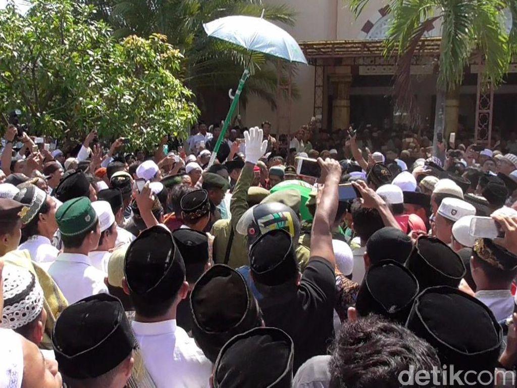 Lantunan Tahlil Pelayat Iringi Pemakaman Wali Kota Pekalongan