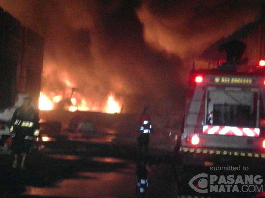 13 Jam Berlalu, Kebakaran Pabrik Plastik di Kosambi Belum Padam